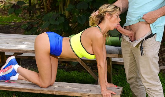 Photographer fucked Busty blonde in the throat right in the Park on th...